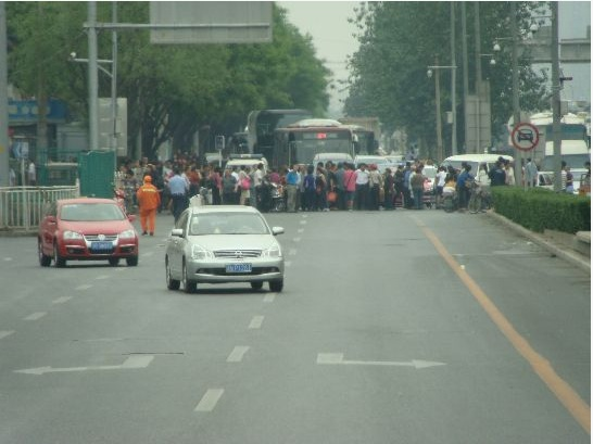 Petitioners block the road outside Beijing South Railway Station. (Internet Archive)
