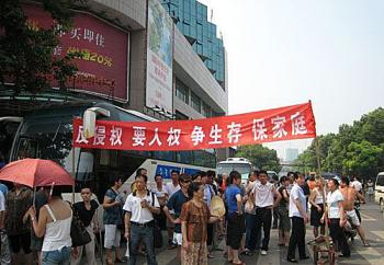 Over one thousand workers at the Wuhan Boiler Company blocked a major road in Wuhan City, on July 13 to protest the potential layoffs. (Photo from the Internet)