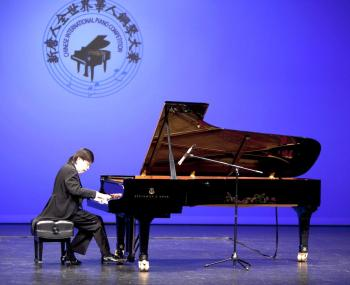 Xiaofeng Wu performs during the final round. (Edward Dai/The Epoch Times)