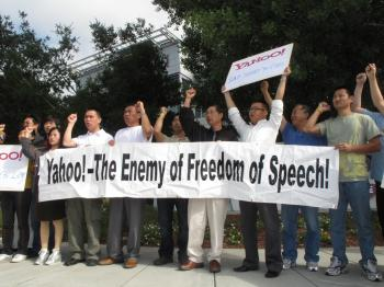 Protesters outside Yahoo's headquarters in Silicone Valley on July 20. Their complaints were ignored by Yahoo. (Wen Jingli/The Epoch Times)