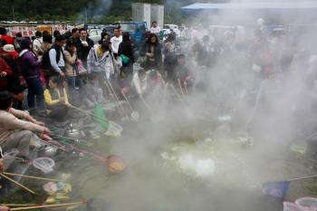 Taiwanese come to the geyser in Yilan County from near and far, crowding around for up to an hour to boil their lunch or dinner. (Matthew Robertson/The Epoch Times)