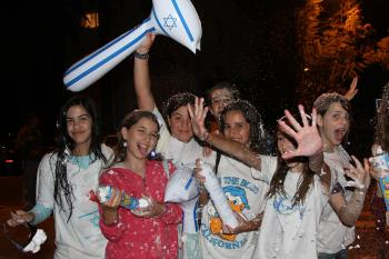 Israeli girls enjoy the excitement.  (Yaira Yasmin/The Epoch Times)