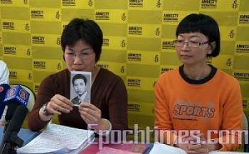 Current U.S. resident Zhuo Xiaohong holds a picture of her brother, Zhuo Xiaojun, who was imprisoned for 20 years in Mainland China, only to be wrongfully executed. (The Epoch Times)