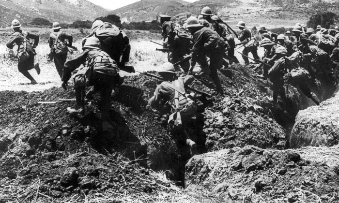 Infantry from the British Royal Naval Division in training on the Greek island of Lemnos during the Battle of Gallipoli, 1915. (Ernest Brooks/Australian War Memorial)