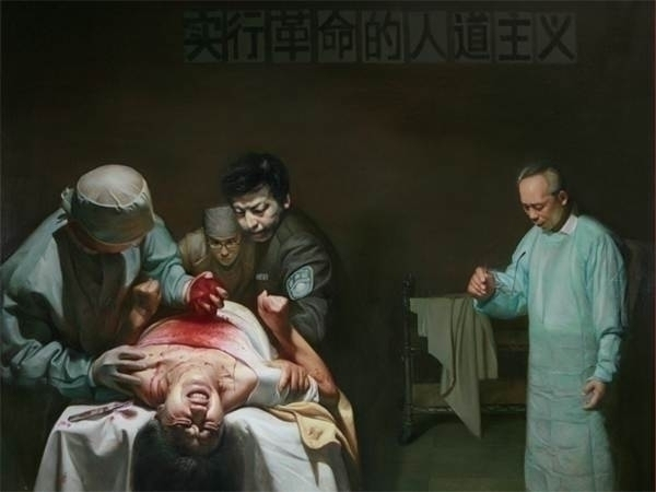 The painting shows Chinese police and doctors harvesting the organs of a living Falun Gong practitioner to sell for a profit. Investigators believe thousands of Falun Gong adherents may have had their organs harvested by Chinese authorities. (minghui.org)