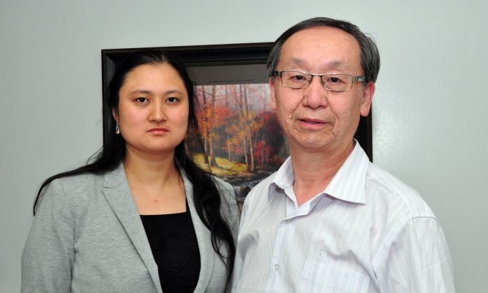 Former Chinese Canadian Post chief editor Helen Wang and freelance journalist Jonathan Fon talk to media in Toronto on Aug. 6, 2015. (Allen Zhou/ Epoch times)