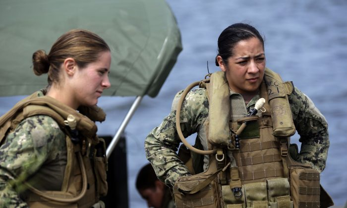 U.S. Navy Master-at-Arms Third Class Danielle Hinchliff (L) and Master-at-Arms Third Class Anna Schnatzmeyer during training at the Center for Security Forces Learning Site at Camp Lejeune, N.C., on Aug. 13, 2013. (AP Photo/Gerry Broome)