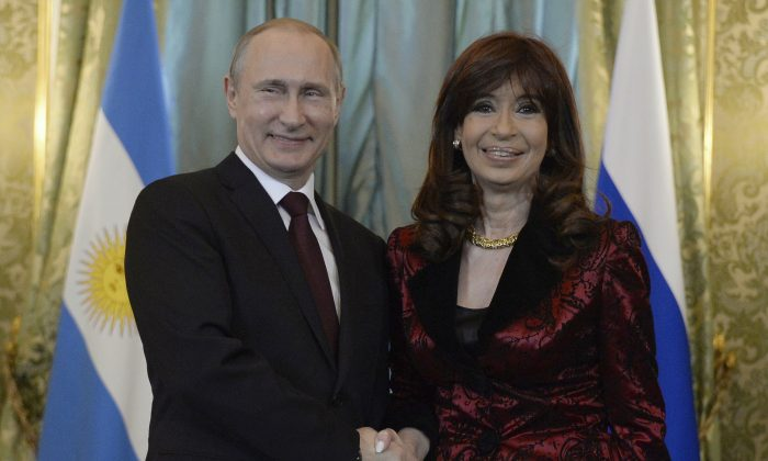 Russian President Vladimir Putin (L) and Argentine Presidet Cristina Fernandez de Kirchner at a meeting in the Kremlin, Moscow, on April 23, 2015. (Alexander Memenov/AFP/Getty Images)