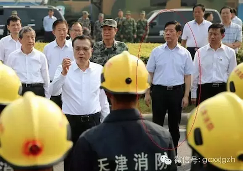Yang Dongliang, the former head of the State Administration of Work Safety, was present when Chinese premier Li Keqiang (C) spoke with firefighters in Tianjin, northern China on Aug. 16, 2015. (Screen shot/WeChat)