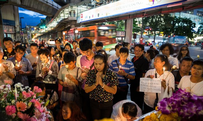 People pray in front the Erawan Shrine on August in Bangkok, on Aug. 18, following the bomb explosion which has been described as Thailand's worst ever attack. (Nicolas Axelrod/Getty Images)