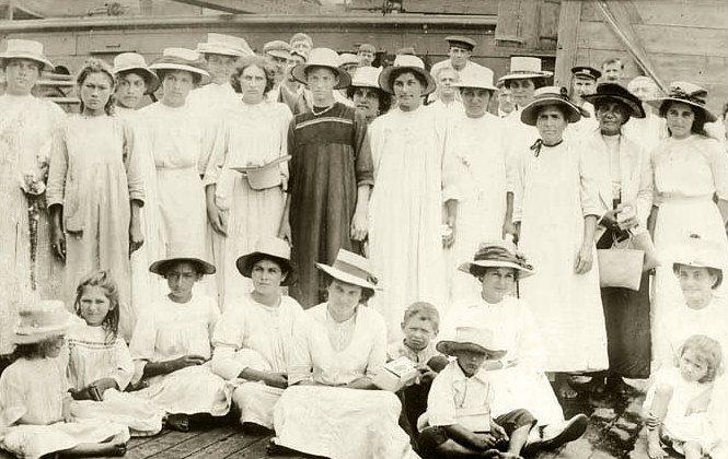 Pitcairn islanders, 1916 (Public Domain)