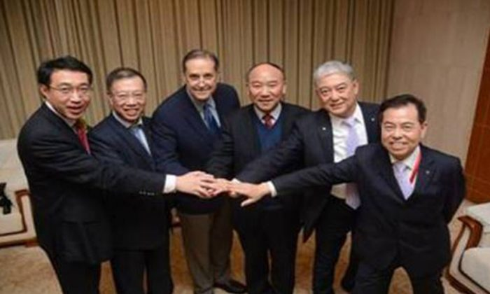 Chinese transplantation officials stand with Dr. Frank Delmonico, executive director of the Declaration of Istanbul Custodian Group, in October of 2013. International transplantation groups seem set to reconcile with Chinese transplant officials once again. (DICG)