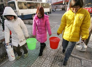 Harbin residents collecting water (AFP/Getty Images)