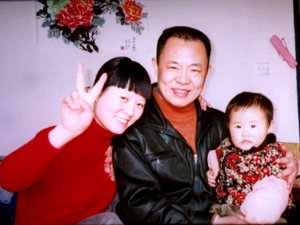 Zhang Lin with wife Fang Cao and their daughter, prior to his imprisonment. (The Epoch Times)