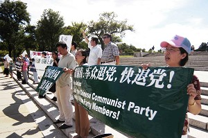 Dozens of activists rallied to express their support for the millions of Chinese people who quit the country's communist party. (The Epoch Times)