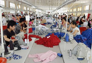 WUHU, CHINA: Workers at the Wuhu cotton thread factory, in Wuhu, central China&#039s Anhui province. (STR/AFP/Getty Images)