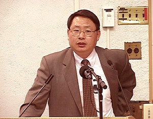 Doctor Yang Jingduan delivers a speech at the Yenching Auditorium of Harvard University on May 14. (The Epoch Times)