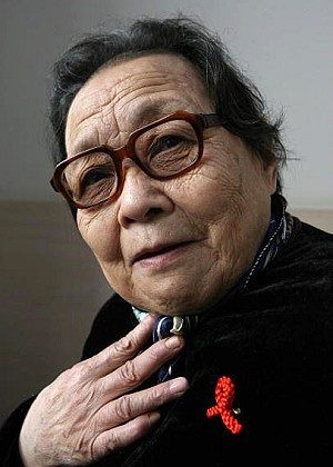 Chinese AIDS campaigner Doctor Gao Yaojie displays her AIDS awareness pin. (Mark Ralston/AFP/Getty Images)