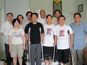 On July 7, 2007, Zhang Wenhe (Back left), Liu Di, Liu Anjun, Liu Jingsheng, Wang Guoqi, Qi Zhiyong, Yang Jing, Li Jinping and Li Hai went to Hu Jia's house to visit Yuan Weijing, blind rights activist Chen Guangcheng's wife. (Photo provided by Hu Jia)