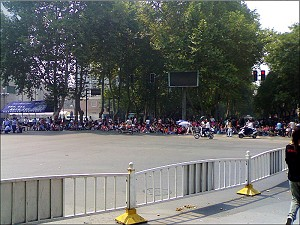 From September 14 to 16, nearly 10,000 workers in Luoyang City demonstrated and blocked the street. (The Epoch Times)