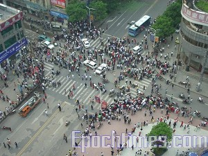 People at the explosion site. (The Epoch Times)