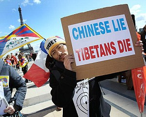 People demonstrate in support for Tibet and against violence in the Chinese region, on March 21, 2008 in Paris. (Patrick Kovarik/AFP/Getty Images)