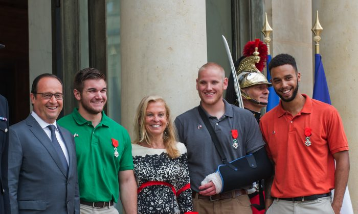 From left : French President, Francois Hollande, U.S. National Guardsman from Roseburg, Oregon, Alek Skarlatos, U.S. Ambassador to France Jane D. Hartley, U.S. Airman Spencer Stone and Anthony Sadler, a senior at Sacramento University in California, pose for photographers as they leave the Elysee Palace in Paris, France, after being awarded with the French Legion of Honor by French President, Francois Hollande, Monday, Aug. 24, 2015. (AP Photo/Kamil Zihnioglu)