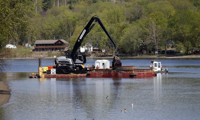 Crews perform dredging work along the upper Hudson River on May 7, 2015 in Waterford, N.Y. (Mike Groll/AP Photo)