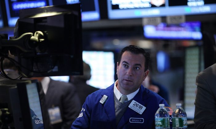 raders work on the floor of the New York Stock Exchange (NYSE) on August 25, 2015 in New York City. Following a day of steep drops in global markets, the Dow Jones industrial average rallied over 300 points in morning trading.  (Spencer Platt/Getty Images)