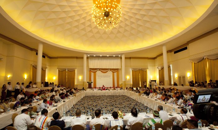 Gen. Mutu Say Poe (C), representative of the Karen National Union (KNU), speaks during a peace forum at a hotel in Yangon, Burma, on May 9, 2015. (Khin Maung Win/AP)
