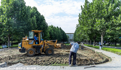 "Workers on Aug. 21 tore up a large stone plaque with the characters ""Chinese Communist Party Central Party School,"" at the Central Party School in Beijing. The characters on the stone are believed to be written by former Party leader Jiang Zemin. (Weibo.com)"