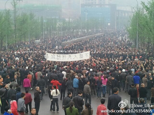 "Protesters in Chongqing hold a banner saying ""Wansheng Citizens Unite"""