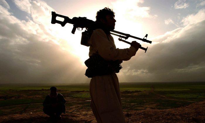 Kurdish Peshmerga fighters in the frontline of Kirkuk near Qoshtapa, Erbil, Iraq, on March 19, 2003. (Patrick Barth/Getty Images)
