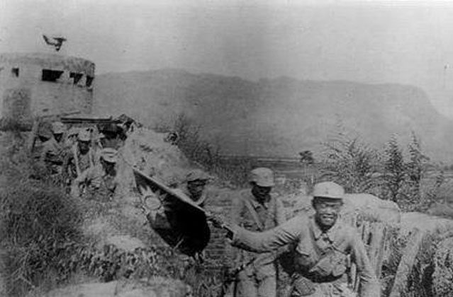 Victorious communist troops wave China's Nationalist flag in the Hundred Regiments' Offensive. (Public Domain)