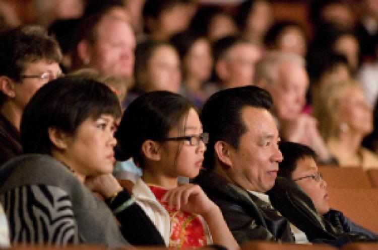 Many Chinese attend the Shen Yun performances. (Xusheng Li/ The Epoch Times)