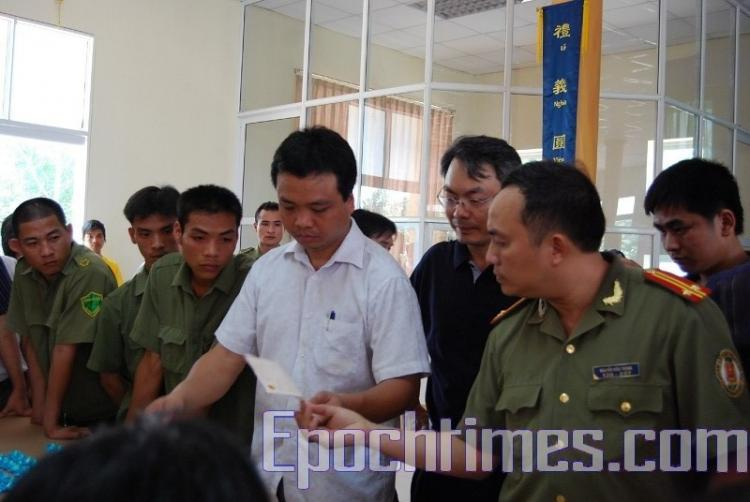 On May 9, Vietnamese communist authorities dispatched dozens of uniformed and plainclothes police officers to interfere with a Falun Gong practitioners' experience-sharing conference in Hanoi, Vietnam. (The Epoch Times)