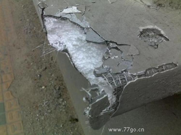 The construction firm calls this 'cement plus plastic foam' and claims it is a new construction material called 'fiber network.' (77go.cn)