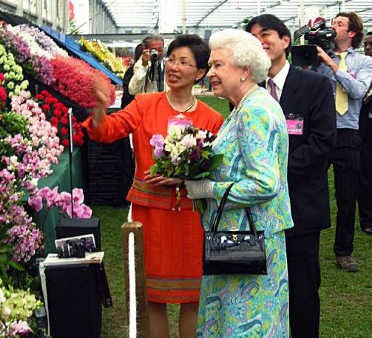 Katharine S.Y. Chang, Taiwanese representative to the UK, shows Queen Elizabeth II Taiwan's orchids. (Central News Agency)