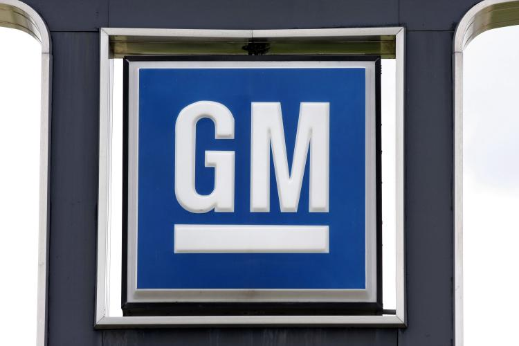 A GM logo is seen at a General Motors used car dealership at the Troy Motor Mall August 17, 2010 in Troy, Michigan.  (Bill Pugliano/Getty Images)