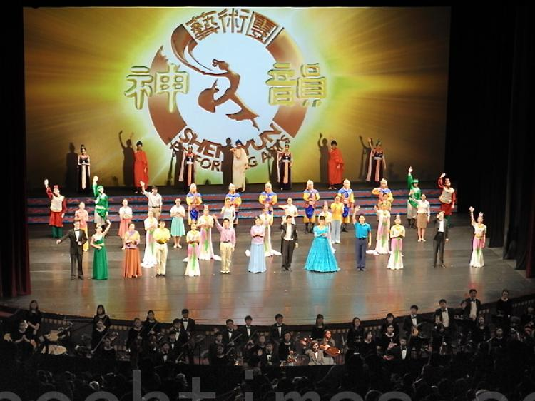 The audience, in Taipei, gave enthusiastic applause to the artists during a curtain-call. (Song Bilong/The Epoch Times)