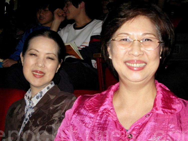 Ms. Liao Zhaoxiang (R), founding president of Ba-de International Female Lions Club and Ms. Liao Zhaomei (L), Chairman of Gaia Power Co., Ltd. (Huang Caiwen/The Epoch Times)