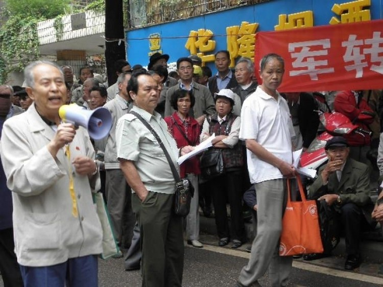 On June 28, Chinese Veterans in Kunming appealed in front of provincial office. (Civil Rights and Livelihood Watch)