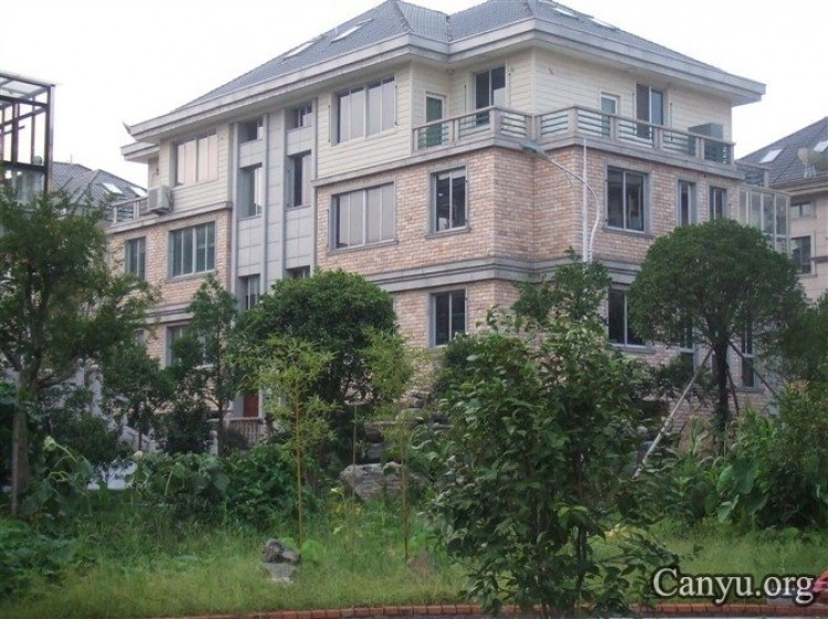 Corrupt official Wang Rongfei now lives in a mansion while the farmers he ripped off dare not speak up. (Photography by Canyu.org)