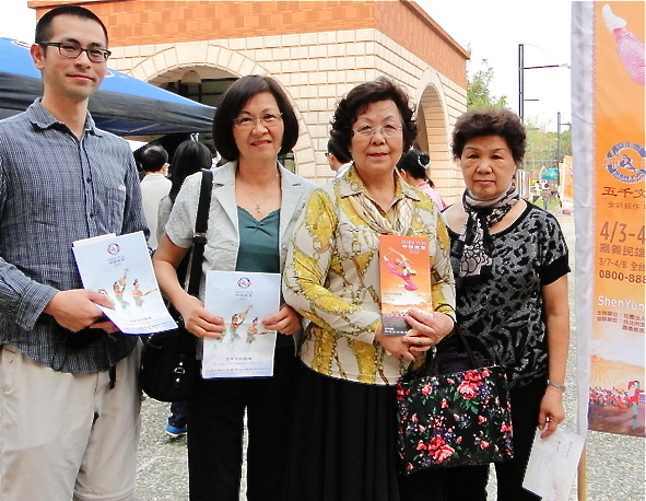 Ms. Huimei Fang (2nd R), director of the Chiayi City Vision Chorus