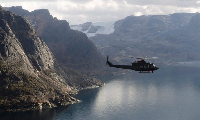 A Canadian military helicopter flies along the shoreline of Baffin Island during Operation Nanook, Aug. 26, 2014. Former foreign affairs minister Lloyd Axworthy says Canada should be at the forefront of an international push to de-militarize the Arctic and declare it a nuclear-free zone. (The Canadian Press/Adrian Wyld)