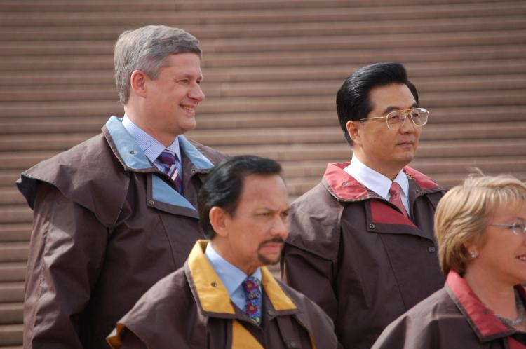 Prime Minister Stephen Harper stands next to Chinese Communist Party leader Hu Jintao during the APEC summit in 2007. On Dec 2, Harper leaves for his first visit to China since taking office. (The Epoch Times)