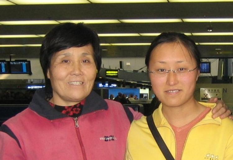 Zhu Lijin (left) and her daughter Salina Wang in Beijing 2001. (Photo courtesy of Salina Wang)