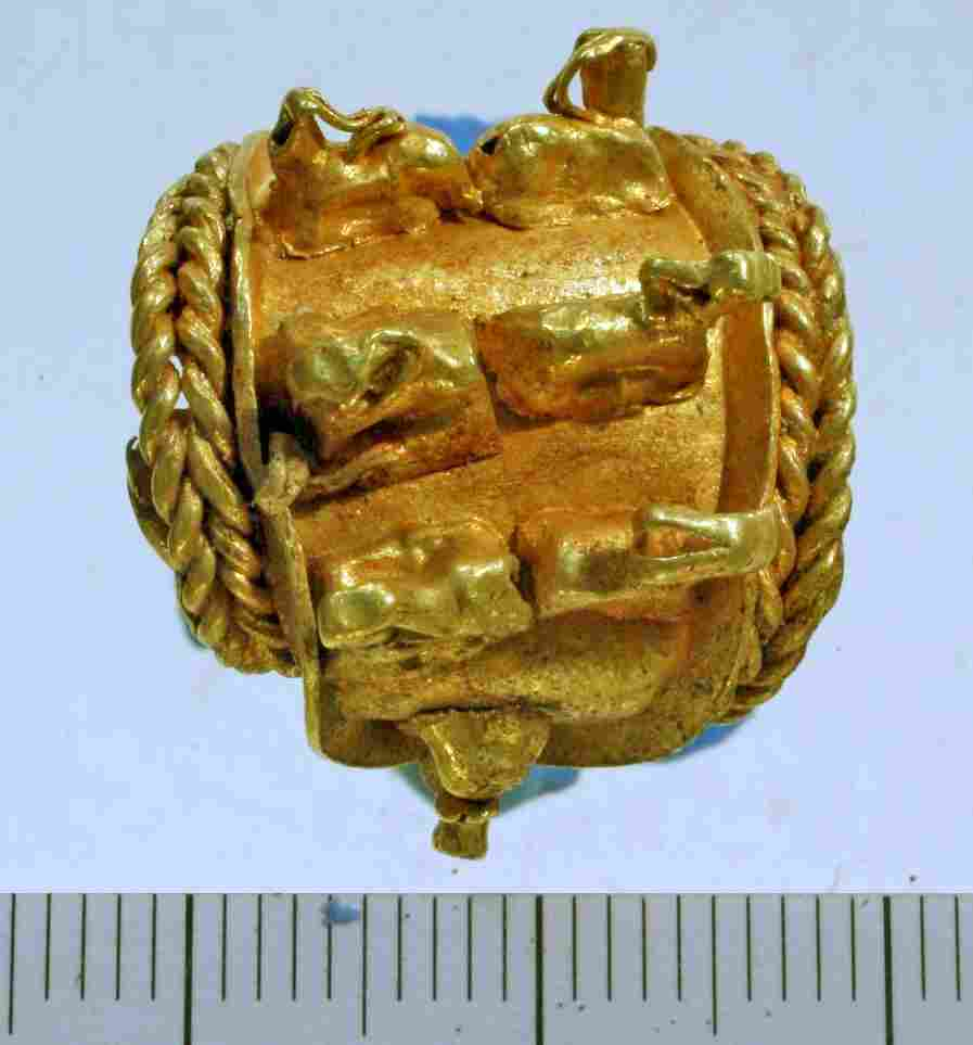 The gold earring featuring three-dimensional molded ibexes. (American Friends of Tel Aviv University)