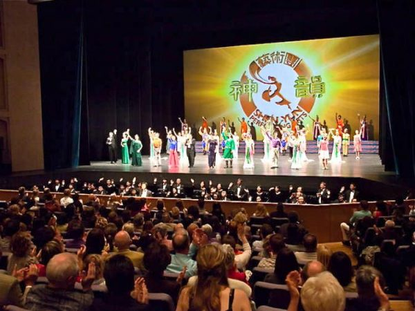 Shen Yun Performing Arts' curtain call in the Forum am Schlosspark, Europe, in 2011.