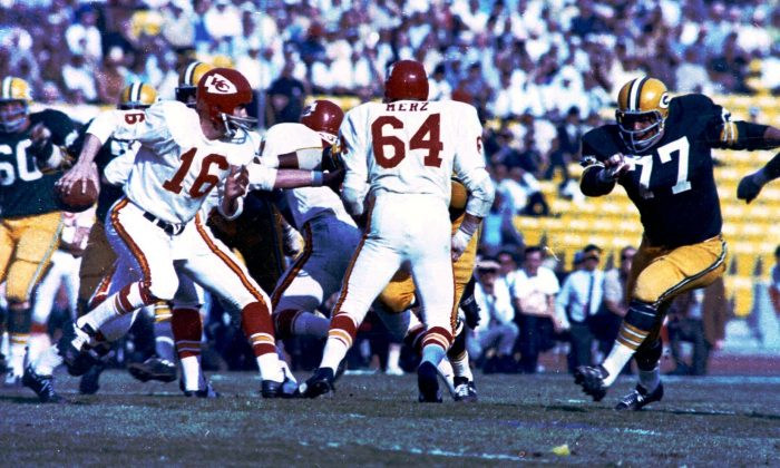 Kansas City Chiefs and quarterback Len Dawson (L) held their own in the first half of Super Bowl I against the heavily-favored Green Bay Packers. (AP photo)